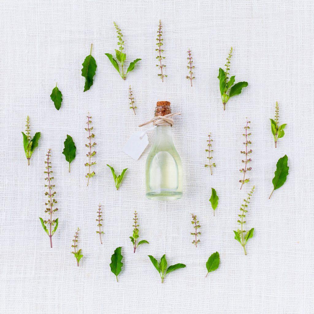 ätherische Öle - duftende Pflanzenextrakte in kleinen Fläschchen